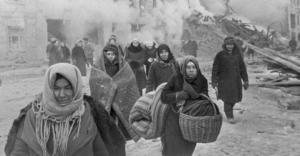 los-ciudadanos-de-leningrado-abandonan-sus-casas-tras-las-bombas-cc