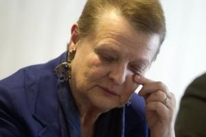 Helga Schmidt llora