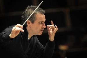 """Jonathan Nott dirigiert die Bamberger Symphoniker am Dienstag (18.10.2011) während einer Probe in der Konzerthalle Bamberg (Oberfranken). Am 20. Oktober steht Chefdirigent Nott zum 500. Mal am Pult der Bamberger Symphoniker. Beim Jubiläumskonzert spielt das Orchester die 7. Symphonie von Franz Schubert und die 4. Symphonie von Gustav Mahler. Foto: David Ebener dpa/lby (zu dpa-lby """"Bamberger Symphoniker: Chefdirigent feiert Jubiläum"""" vom 18.10.2011) +++(c) dpa - Bildfunk+++"""