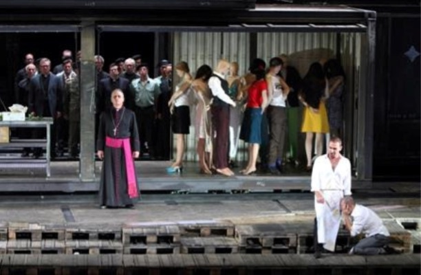 Un Don Giovanni lastrado por una estrafalaria producción