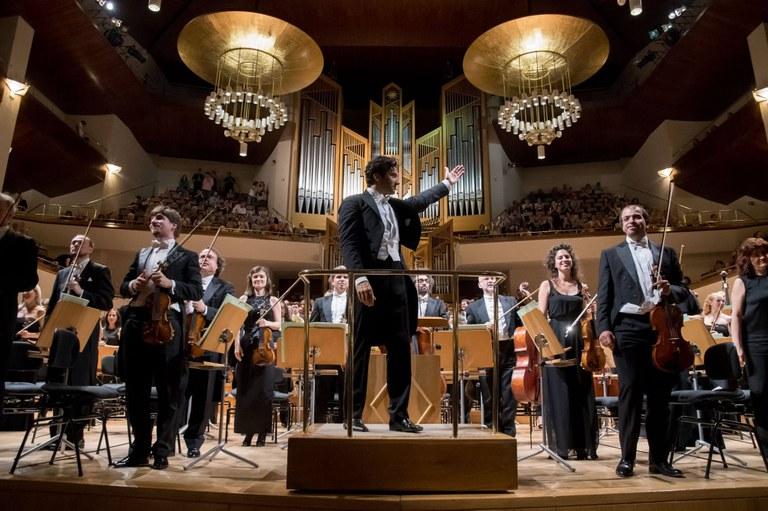 Gustavo Dudamel y la Sinfónica de Galicia rinden homenaje a la sociedad civil en el Palau de la Música Catalana