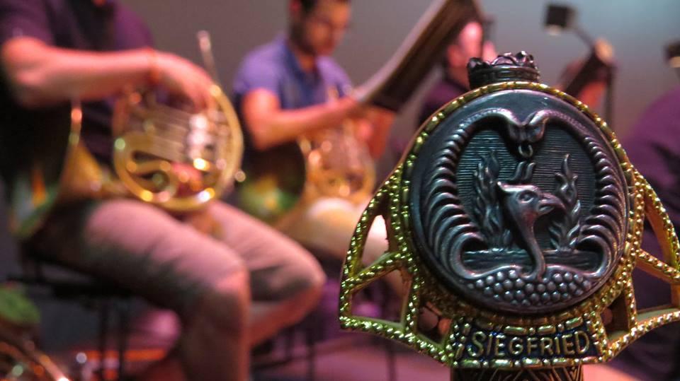 106 músicos de dos orquestas reciben a Sigfrido