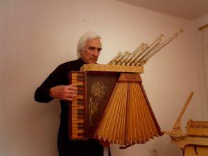 Joaquin-Saura-con-órgano-papel-Leonardo