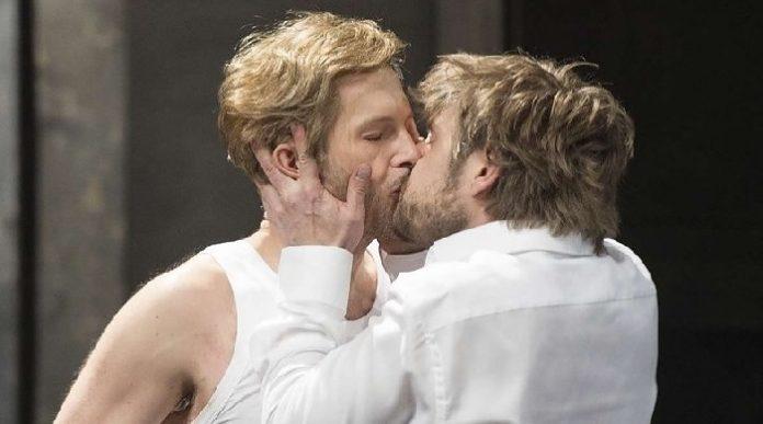 Besos gay en Deutsche-Oper-en-Edward II