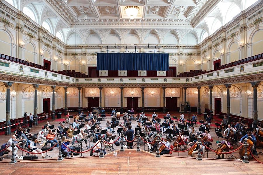 La Orquesta del Concertgebouw vuelve al escenario bajo la batuta de Gustavo Gimeno